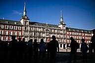 Spain, Madrid, tourists at Plaza Mayor with Casa de la Panaderia - KIJ01172
