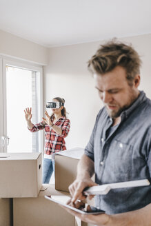Couple planning their new home, using virtual reality goggles - JOSF00516