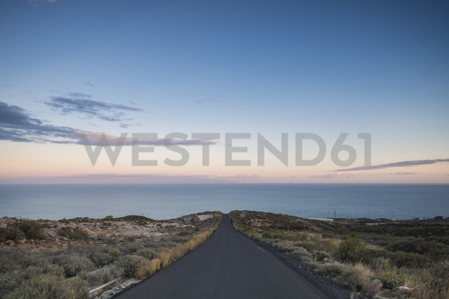 Spain, Tenerife, empty road at dusk - SIPF01402 - Simona Pilolla/Westend61