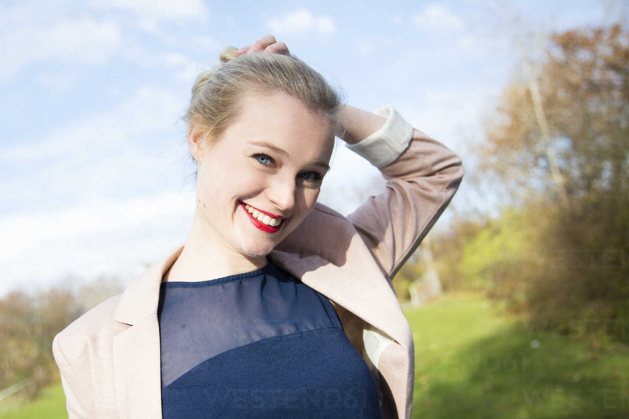 Portrait of smiling young blond woman outdoors - NGF00393 - Nadine Ginzel/Westend61