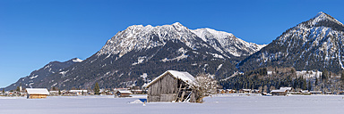 Germany, Oberstdorf, Lorettowiesen, mountainscape in winter - WGF01055