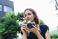 Portrait of woman with camera - GIOF01877