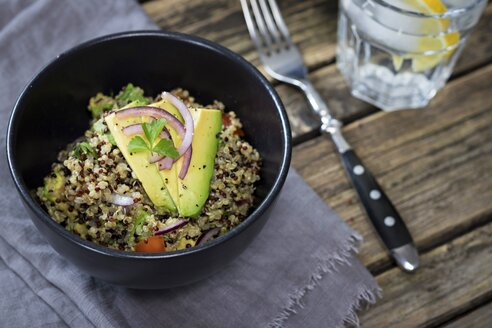 Bowl of Quinoa tricolore with avocado, red onion, tomatoes  and flat leaf parsley - YFF00645