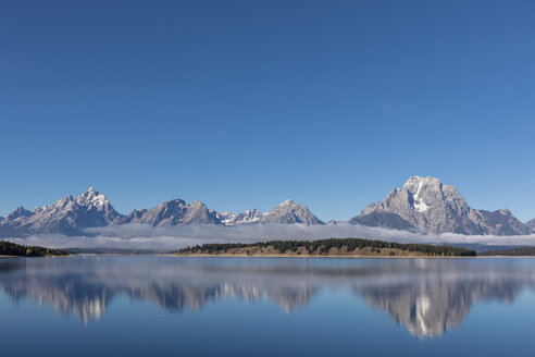 USA, Wyoming, Rocky Mountains, Teton Range, Grand Teton National Park, Jackson Lake in morning fog - FOF08880