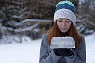 Teenage girl with cake made of ice - LBF01565