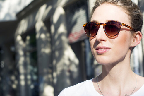Portrait of young woman wearing sunglasses - LMF00629