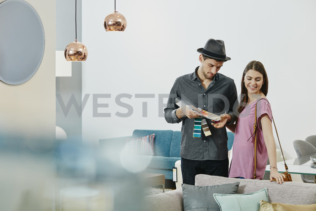 Couple in furniture store looking at color samples - RORF00636 - Roger Richter/Westend61
