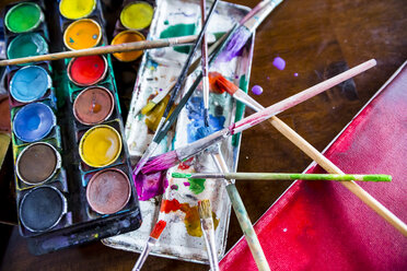Paint box, paintbrushes and canvas - SARF03184