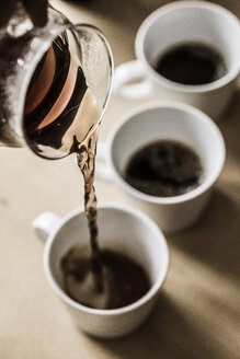 Pouring filter coffee into mugs - SKAF00045