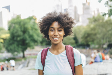 USA, Manhattan, portrait of smiling young woman in Central Park - GIOF01998