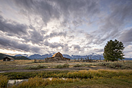 USA, Wyoming, Grand Teton National Park, Jackson Hole, John Moulton Barn in front of Teton Range - EPF00356