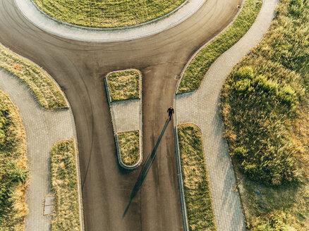 Businessman walking in roundabout - KNSF01092