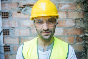 Portrait of confident construction worker - KIJF01292