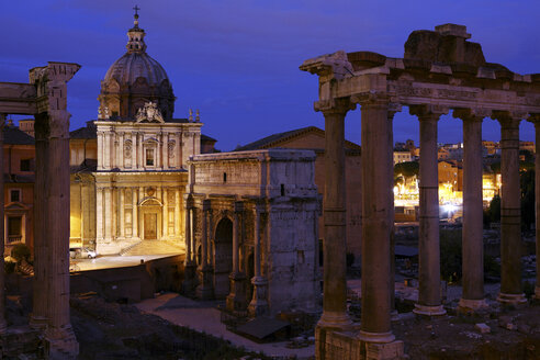 Italy, Rome, Temple of Vespasian and Titus and Church of Santi Luca e Martina at Forum Romanum at night - DSGF01483
