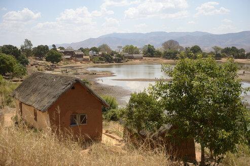 Madagascar, cottage in village Tsinjoarivo Imanga - FLKF00745