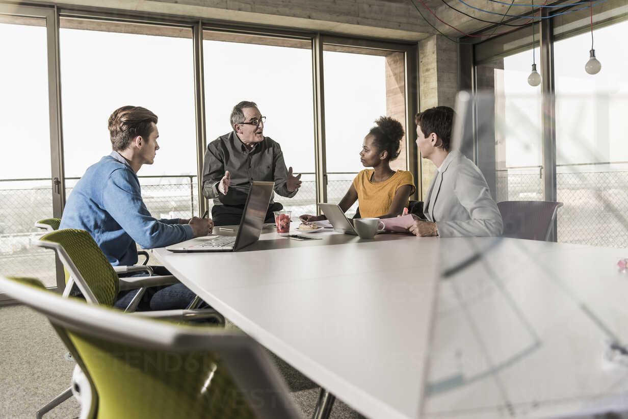 Business meeting in office - UUF09979 - Uwe Umstätter/Westend61