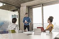 Businessman leading a presentation in office - UUF09991