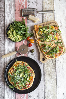 Vegetarian pizza with avocado, rocket, tomatoes and parmesan - SARF03215