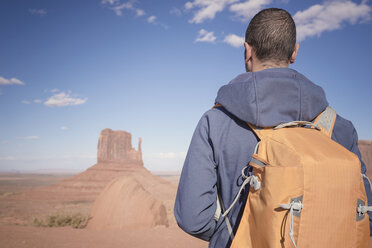 USA, Utah, back view of man with backpack looking at Monument Valley - EPF00366