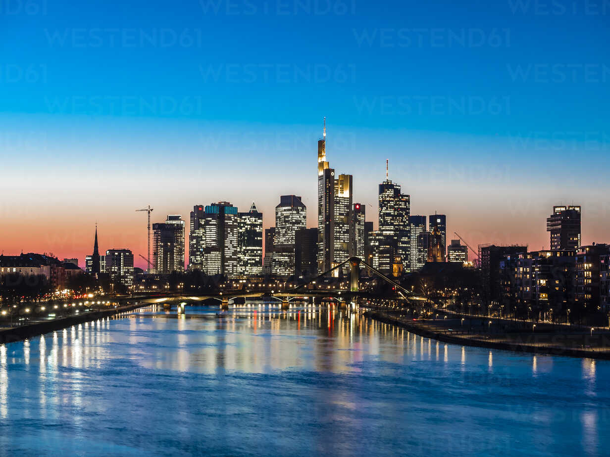 Germany, Frankfurt, view to skyline with Floesserbruecke and Main River in the foreground at twilight - AMF05303 - Martin Moxter/Westend61