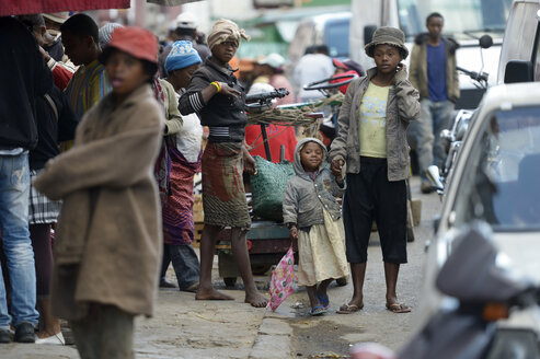 Madagaskar, Fianarantsoa, Homeless mother walking in the street - FLKF00771