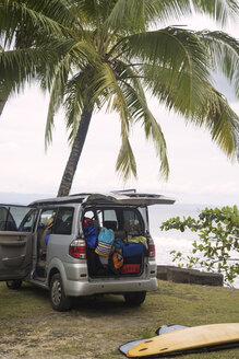 Indonesia, Java, car and surfboard at the coast - KNTF00647