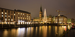 Germany, Hamburg, illuminated Christmas tree and lighted town hall with Binnenalster in the foreground - WIF03403