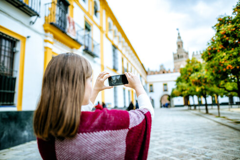 Young woman in Sevilla taking pictures with her selfie - KIJF01346
