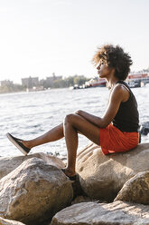 Young woman in Brooklyn sitting at East River - GIOF02137