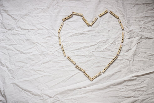 Heart made of clothes pegs - CMF00659