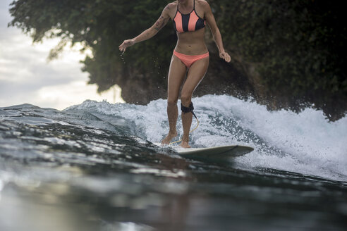 Indonesia, Java, woman surfing - KNTF00693