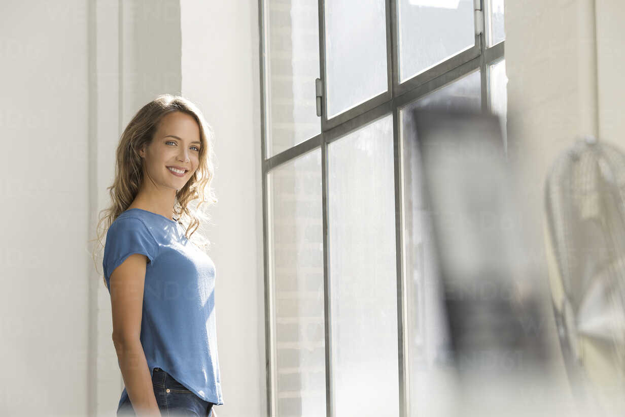 Casual businesswoman in office looking out of window - SBOF00337 - Steve Brookland/Westend61