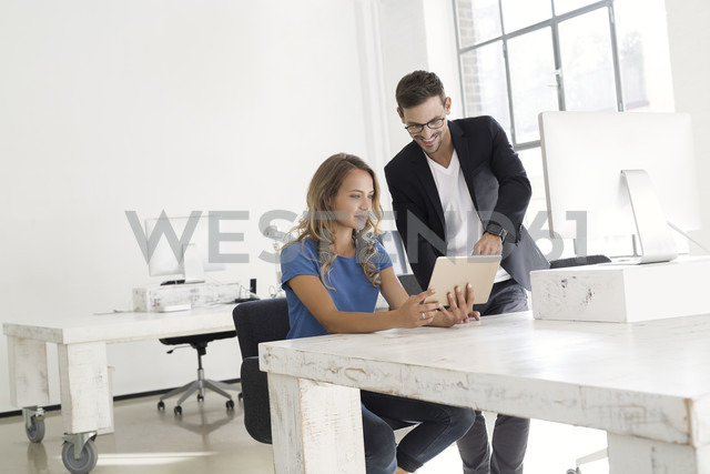 Young man and woman working together in office - SBOF00343 - Steve Brookland/Westend61