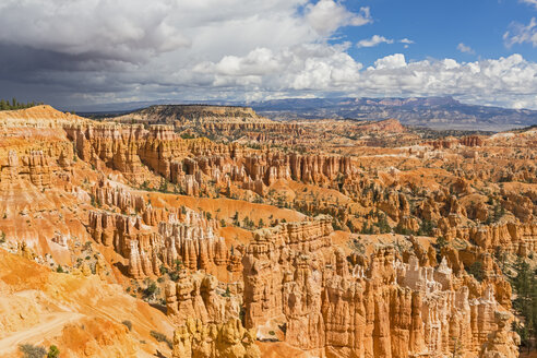 USA, Utah, Bryce Canyon National Park, hoodoos in amphitheater as seen from Rim Trail - FOF08976