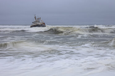 Namibia, Skeleton Coast, ship wreck boat near Swakopmund - DSGF01600