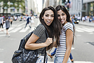 USA, New York City, two happy twin sisters in Manhattan - GIOF02173