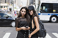 USA, New York City, two fashionable twin sisters in Manhattan - GIOF02221