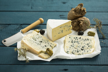 Blue cheese, olives, herbs and crusty bread - MAEF12175