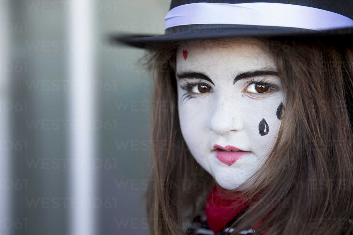 Portrait of little girl rouged as a harlequin - ERLF00200 - Enrique Ramos/Westend61