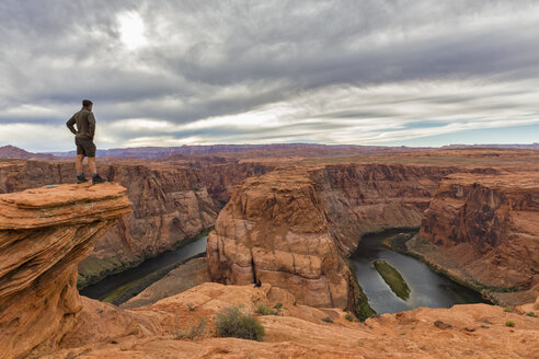 USA, Arizona, Page, Colorado River, Glen Canyon National Recreation Area, tourist at Horseshoe Bend - FOF09042