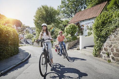 Germany, Hamburg, Blankenese, family riding e-bikes - RORF00693