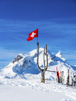 Switzerland, Canton of Bern, Grindelwald, Swiss flag with Reeti in background - AMF05350