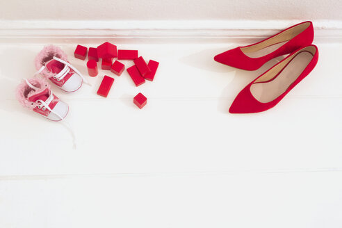 Baby shoes, building blocks and pumps - CMF00672