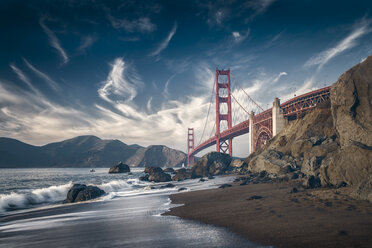 USA, California, San Francisco, beach and Golden Gate Bridge - STCF00290