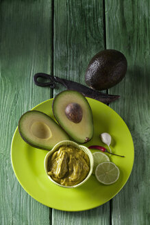 Bowl of Guacamole and ingredients on plate - CSF28195