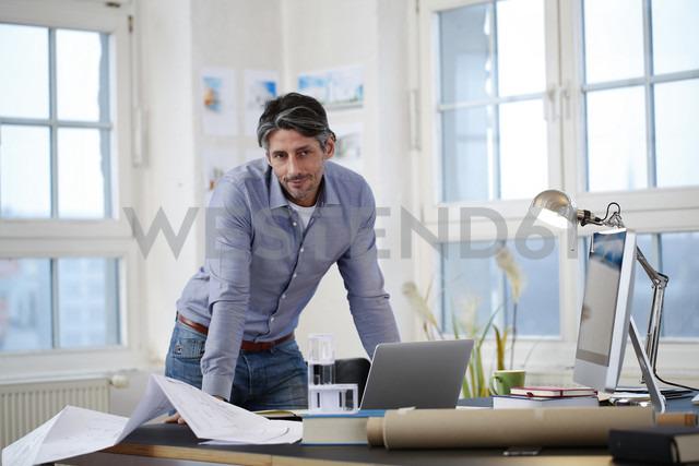 Man in a modern office - FKF02200