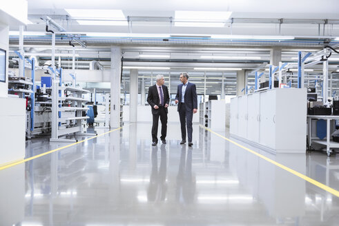 Two mangagers having a meeting at the shop floor of a factory - DIGF01640