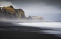 Iceland, Vik, Beach of black sand - RAEF01782