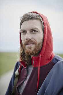 Portrait of confident man wearing hoodie outdoors - RORF00740