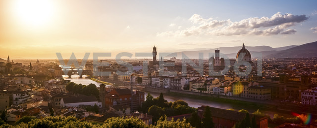 Italy, Tuscany, Florence, cityscape at  evening light seen from Piazzale Michelangelo - PUF00610 - pure.passion.photography/Westend61